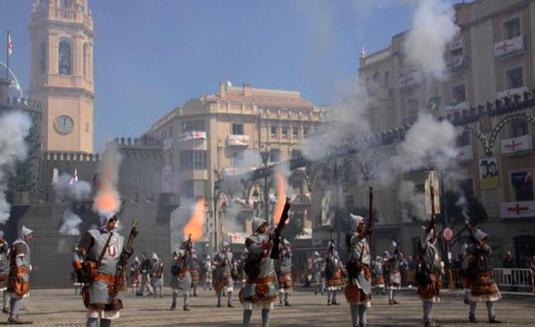 """Cierre de fiestas con Cerol en el dia del Alardo o """"els Trons""""Imagen Destilerias Sinc"""